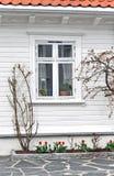 Venster van een oud blokhuis in Noorwegen royalty-vrije stock foto's