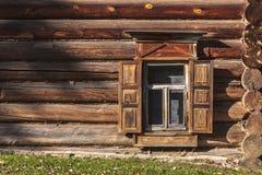 Venster van een oud huis van logboeken stock fotografie