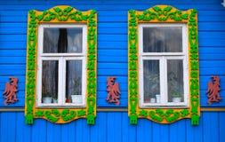 Venster van een oud Russisch huis dat met gravure, Rusland wordt verfraaid Royalty-vrije Stock Afbeeldingen