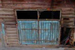 Venster van leunend huis stock foto