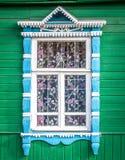 Venster van oud traditioneel Russisch blokhuis. stock foto