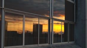Vensterbezinning van de stad van Coventry scape tijdens zonsondergang stock foto's