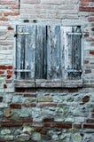 Vensterblind van landelijk huis, met bakstenen muur en oude stenen royalty-vrije stock afbeeldingen