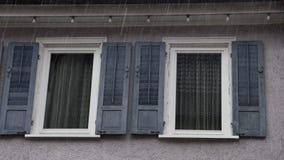 Vensterblinden thuis in de regen stock video