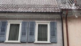 Vensterblinden thuis in de regen stock videobeelden