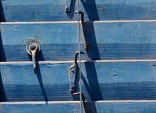 Vensterdetail met oude houten blinden royalty-vrije stock afbeeldingen