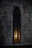 Vensterrooster bij de oude bouw Stock Afbeeldingen