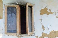Vensters aan een verlaten huis stock foto's