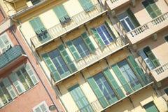 Vensters aan flats in Nice, Frankrijk Stock Foto's