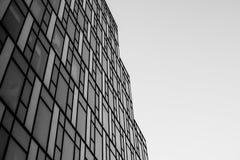 Vensters abstract patroon van een futuristisch wolkenkrabber, een zwarte en w Royalty-vrije Stock Foto's