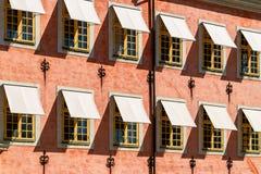 Vensters bij de historische bouw van Stenbock-Paleizen, Stockholm, Zweden stock afbeeldingen