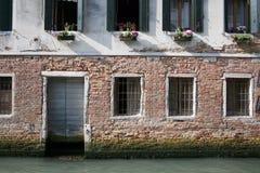 Vensters boven een binnenwater, Venetië Royalty-vrije Stock Foto's