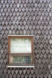 Vensters in Cedar Shake Siding stock foto
