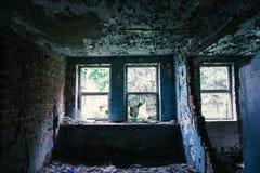 Vensters in de vernietigde verlaten bouw, royalty-vrije stock foto's