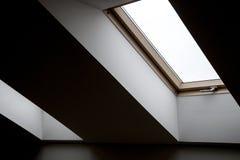 Vensters in de zolder Architecturale elementen Tegenover elkaar stellende geometrische binnenlandse details stock foto