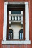 Vensters door een venster worden gezien dat Stock Afbeelding
