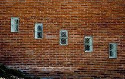 Vensters in een bakstenen muur Stock Foto