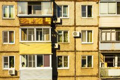 Vensters en balkons van de oude flat royalty-vrije stock afbeelding