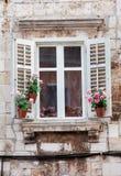 Vensters en bloemdozen de historische bouw van oude stad van Pula, Kroatië/Detail van oude Venetiaanse architectuur royalty-vrije stock foto