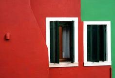 Vensters en gekleurde muren Stock Fotografie
