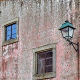 Vensters en lantaarnpaal in een oude voorgevel Almeida stock fotografie