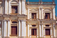 Vensters en muren van de koloniale stijlbouw in India Stock Foto