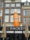 VENSTERS EN ORANJE FLES, AMSTERDAM, HOLLAND Stock Foto