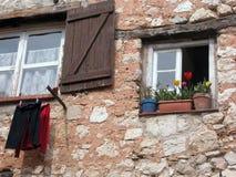 Vensters, Gourdon heuveldorp in de Provence Stock Afbeelding