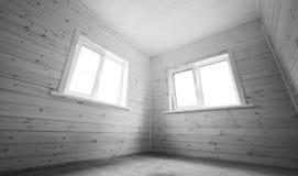 Vensters in lege ruimte, houten binnenland Stock Foto's