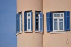 Vensters met blauwe zonneblinden Stock Afbeeldingen