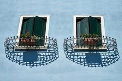 Vensters met blind en rooster Italië, Venetië stock fotografie