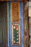 Vensters met blinden, op de muur die van oude houten worden gevormd Stock Foto's