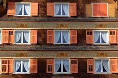 Vensters met blinden van oud dakspaanhuis Royalty-vrije Stock Foto's