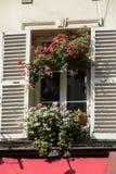 Vensters met blinden van oude gebouwen op Montmartre, Parijs Stock Afbeelding