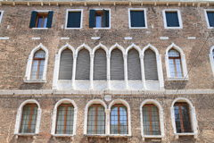 Vensters met gordijnen in Venetië Stock Fotografie