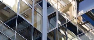 Vensters met weerspiegeling van lijnen en vierkanten Stock Afbeelding