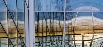 Vensters met weerspiegeling van lijnen en vierkanten Stock Foto's
