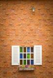 Vensters op bakstenen muur Stock Foto's