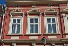 Vensters op een oud hersteld de 19de eeuwgebouw Royalty-vrije Stock Foto