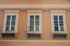 Vensters op een oud hersteld de 19de eeuwgebouw Stock Afbeeldingen