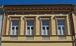 Vensters op een oud hersteld de 19de eeuwgebouw Royalty-vrije Stock Afbeelding
