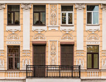 Vensters op een rij en balkon op voorgevel van flatgebouw Royalty-vrije Stock Foto