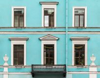 Vensters op een rij en balkon op voorgevel van de bureaubouw Royalty-vrije Stock Foto