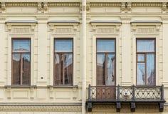 Vensters op een rij en balkon op voorgevel van de bureaubouw Royalty-vrije Stock Afbeelding