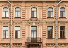 Vensters op een rij en balkon op voorgevel van flatgebouw Stock Fotografie