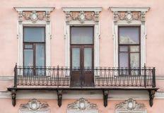 Vensters op een rij en balkon op voorgevel van flatgebouw Stock Foto
