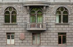 Vensters op een rij en balkon op voorgevel van flatgebouw Royalty-vrije Stock Fotografie