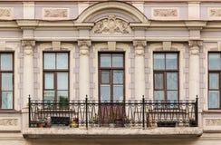 Vensters op een rij en balkon op voorgevel van flatgebouw Royalty-vrije Stock Foto's