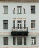 Vensters op een rij en balkon op voorgevel van flatgebouw Stock Afbeelding