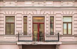 Vensters op een rij en balkon op voorgevel van flatgebouw Royalty-vrije Stock Afbeeldingen
